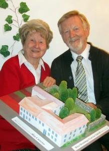 Angela und Wolfgang Schneller mit dem Modell des Internationalen Pilgerzentrums in Santiago d.C.
