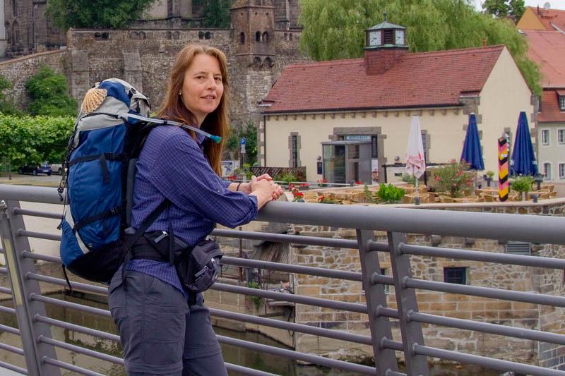 Beate Steger lehnt an Geländer in Görlitz - Jakobsweg