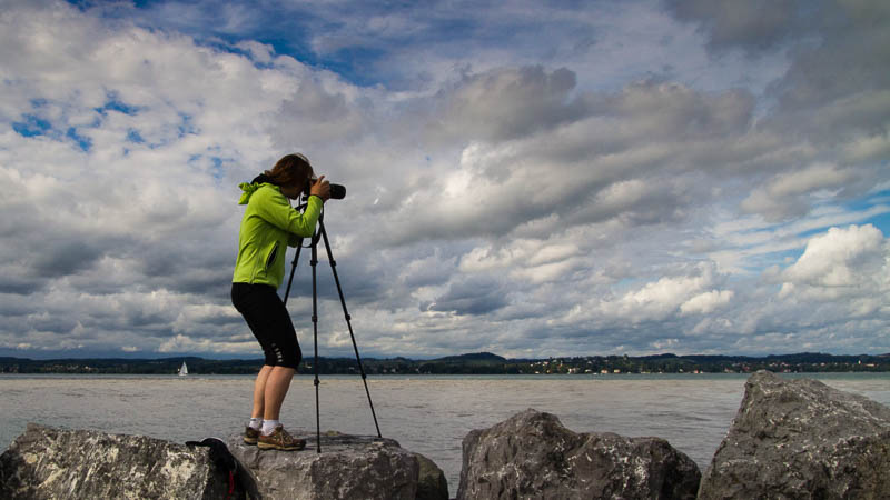 Beate Steger fotografierend am Bodensee