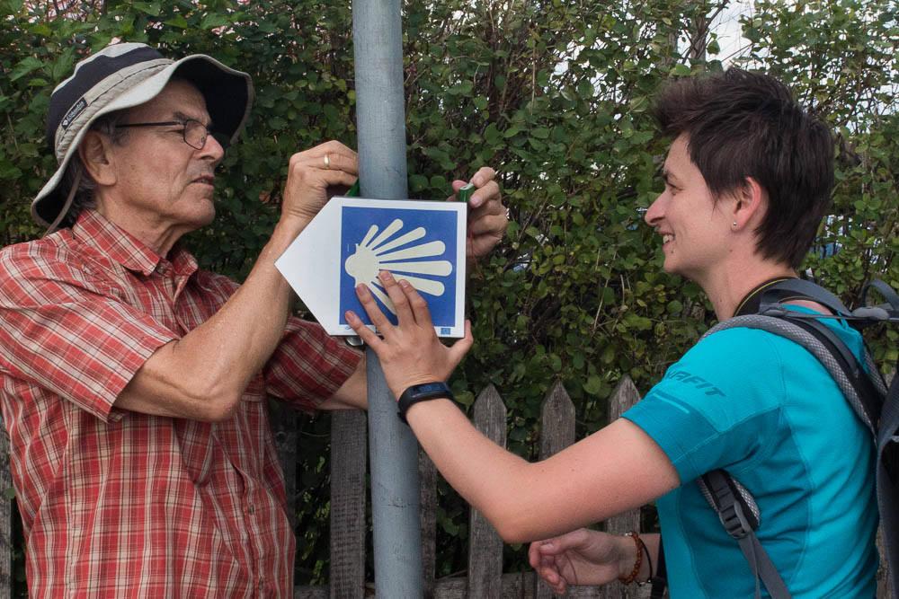 Hans-Jörg und Dorota bringen das Zeichen sofort wieder in Position