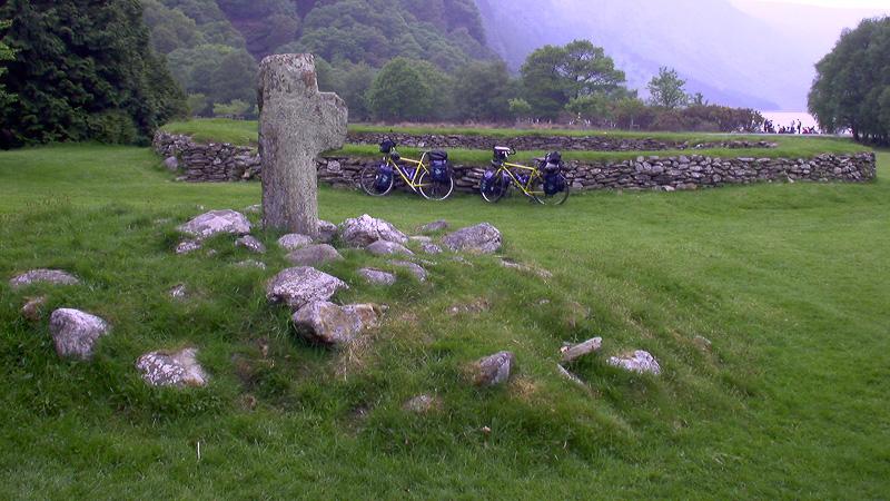 Unsere Fahrräder an einem Steinkreis in den Wicklow Mountains