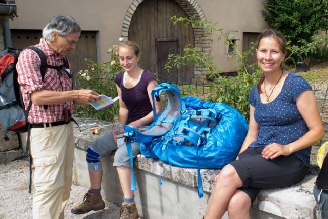 Auf dem Jakobsweg in Frankreich signiert Hans-Jörg-Bahmüller seinen Pilgerführer