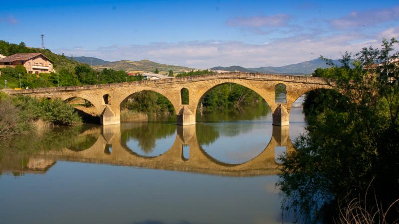 Kurz vor Puente la Reina vereinigen sich der aragonesische und der navarresische Zweig des Jakobswegs und es geht weiter auf dem Camino Francés.