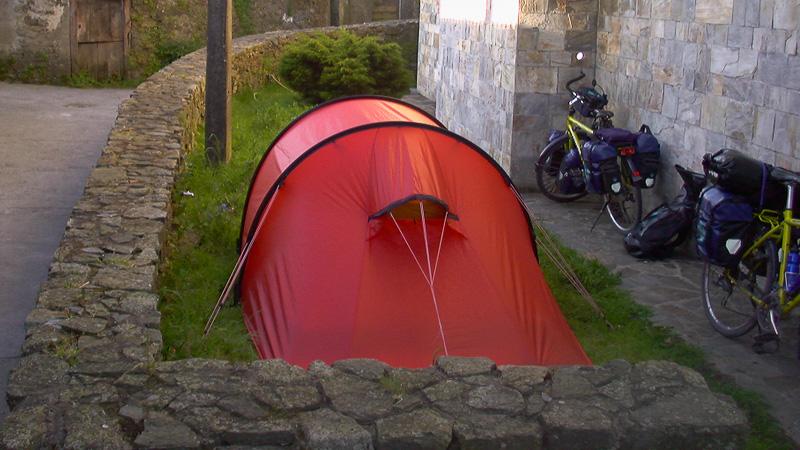 Wir zelten in Melide im Garten und daneben hat garantiert kein weiteres Zelt mehr Platz