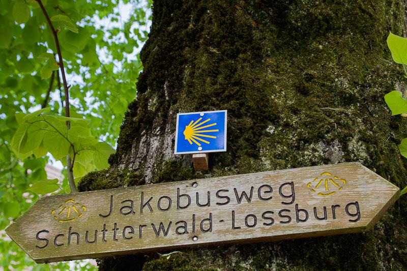 Muscheln und Schrift als Jakobswegzeichen in Deutschland