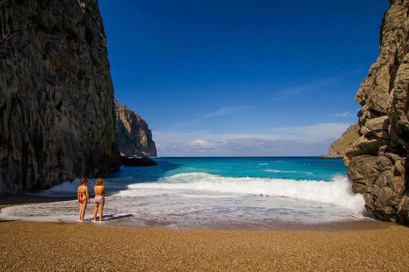 Zwei Frauen am Strand von Sa Calobra Mallorca