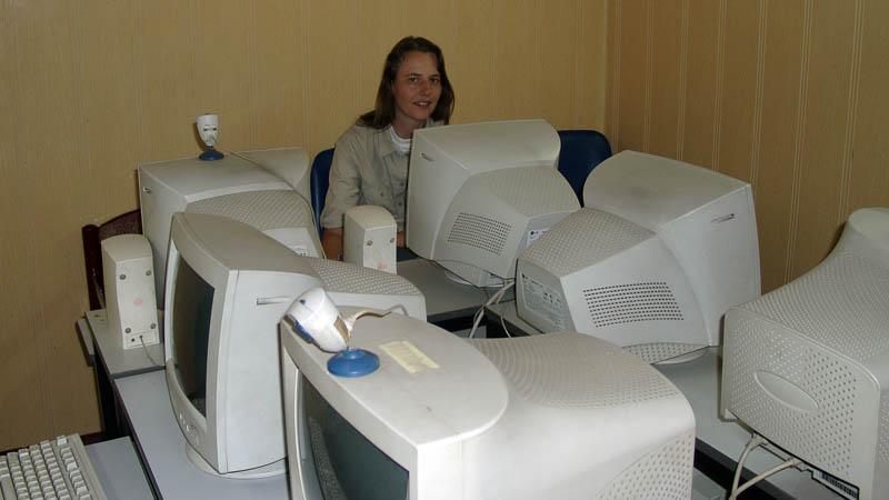 In Hanoi, Vietnam, im Internetcafé, verschickt Beate Steger ihre Reiseberichte