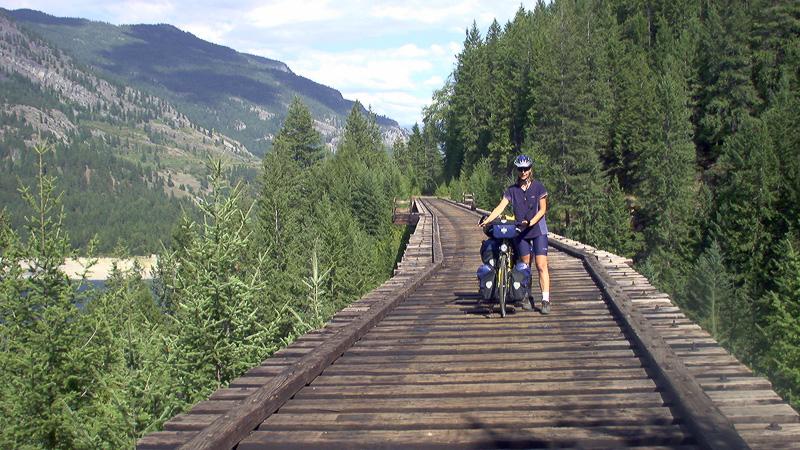 Beate Steger schiebt ihr Rad über eine Eisenbahnbrücke, die Brücken sind sehr hoch, ungesichert und es kann dort sehr windig sein. Schieben ist besser als runter - fliegen ;-)