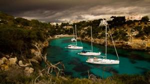 Mallorca: Cala Pi bei Gewitterstimmung und ankernde Boote
