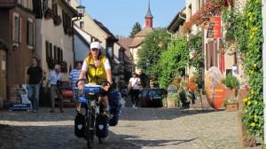 Beate Steger und vollbeladenes Rad am Oberrhein