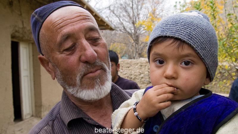Grossvater und Enkel in den Bergen