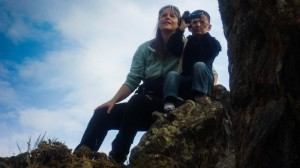 Beate Steger filmt mit Roslan in den Bergen von Nurato